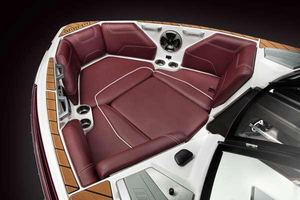 Malibu-22-LSV-Bow-Seating
